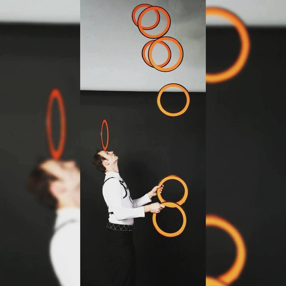 Caio Stevanovich juggler