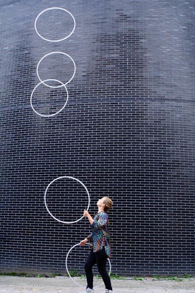 Emma Hornell 5 hula hoops juggling